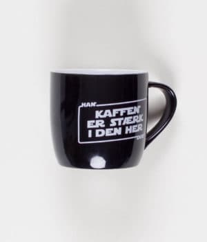 han-duo-kaffen-er-stærk-krus-front